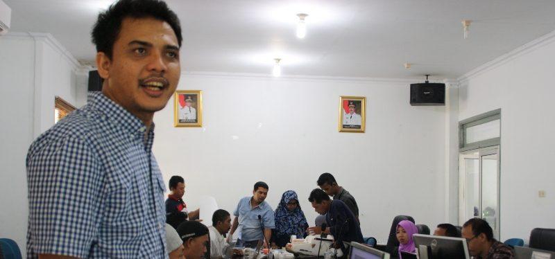 Pemateri dari Swandiri Institute, Arif Munandar sedang berikan pelatihan program Agisoft Photoscan di Sekolah Drone Bappeda KKU 2015 di Aula Bappeda KKU