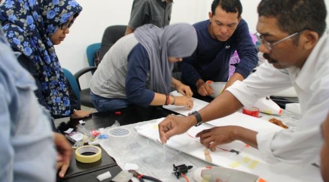 Instruktur dari Swandiri Institute, A'la Maududi (kedua dari kanan) melatih kontingen dari enam SKPD di lingkungan Pemkab Kayong Utara dan Pemprov Kalbar di Aula Bappeda KKU, Kamis (3/12/2015).
