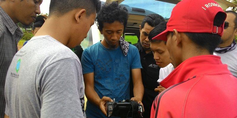 Instruktur dari Swandiri Institute, Indra Haryanto (memegang remote control) mengenalkan berbagai fitur-fitur remote control Drone di peserta pelatihan di halaman calon kantor Bupati Kayong Utara di Paya Hitam, Sukadana, Kamis (3/12/2015).