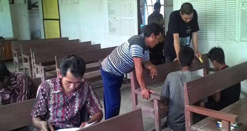 INPUT DATA: Pj Pemetaan Kegiatan Gemawan, Mawardi (kedua dari kanan) sedang mengarahkan cara input data hasil pemetaan tata ruang desa Dusun Besar kecamatan Pulau Maya,KKU. FOTO: Welli Arma/GEMAWAN.