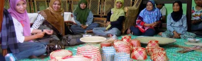 THE HANDICRAFT GROUP: Penggiat Gemawan yang menjadi pendamping organisasi Serumpun, Siti Rahmawati (kanan) bersama kaum ibu-ibu dan remaja putri pengrajin anyaman khas The Handicraft Group penggiat Serumpun. FOTO: Siti Rahmawati/GEMAWAN.