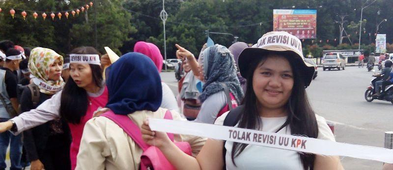 Aktivis perempuan Gemawan dari Sambas ikut turun ke Pontianak hanya untuk menyuarakan penolakan revisi UU KPK
