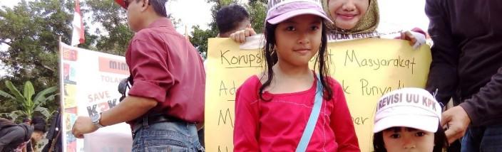 Kaum ibu dan remaja putri hingga kanak-kanak ikuti unjuk rasa penolakan rencana revisi UU KPK di Taman Digulis Pontianak