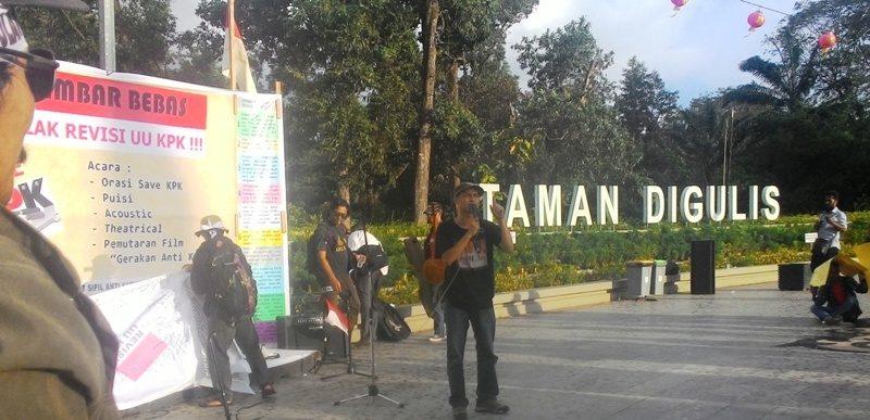 Penggiat TI Indonesia. Agus Sarwono orasi di mimbar bebas koalisi masyarakat sipil Kalbar anti korupsi di Taman Digulis Pontianak