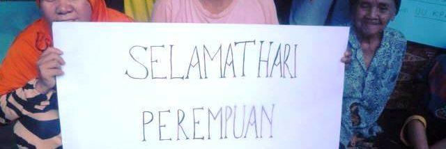 HARI PEREMPUAN: Kaum ibu membawa kertas karton mengucapkan selamat Hari Perempuan Internasional 2016 di aksi damai di Sambas, Selasa (08.03/2016). Foto: Siti Rahmawati/GEMAWAN.