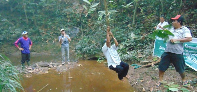 """AKSES JALAN: Jalan poros antardesa maupun dusun di kecamatan Silat Hulu belum terhubung semua, membuat warga desa memanfaatkan apa yang ada di alam walaupun harus bergantungan seperti film """"Tarzan"""". Foto: GEMAWAN."""