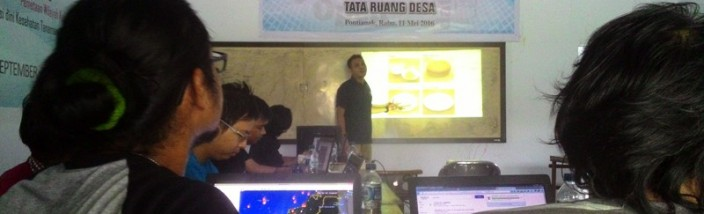 JAHIT PETA: Arif Munandar dari SI Pontianak memberikan pelatihan membaca, menjahit, dan membersihkan data spasial untuk mendukung data berita dari rekan-rekan jurnalis di kantor SI Pontianak, Rabu (11/05/2016). Foto: Mahmudi/GEMAWAN.