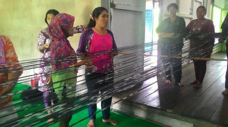 SONGKET SAMBAS: Kaum ibu-ibu dan remaja putri Serumpun di pelatihan teknik produksi tenun di kediaman ibu Budiana, Ketua Serumpun yang dihelat di Sambas, 25-27 Mei 2016. Foto: Siti Rahmawati/GEMAWAN.