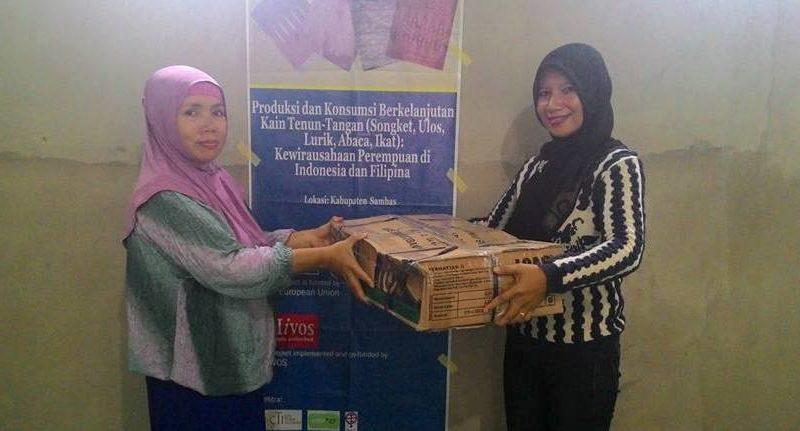 BANTU PENENUN: Penggiat Gemawan, Siti Rahmawati (kanan) secara simbolis menyerahkan bantuan pendukung ke Kusumawati dari kelompok perempuan Mawar Merah, anggota Serumpun binaan Gemawan, Selasa (31/05/2016). Foto: Ridho Fauzinda/GEMAWAN.