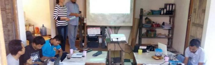 KAJIAN WARGA: Staf Distric Officer Gemawan Sintang, Frederikus Dedy (berdiri) mendampingi peserta diskusi Desi Ratnasari mempresentasikan kajiannya di kantor District Officer Gemawan Sintang, Jumat (10/06/2016). Foto: M Zuni Irawan/GEMAWAN.