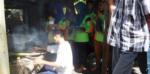 BIKIN F1 EMBIO: Murid-murid SMKN 1 Sungai Kakap yang magang di saung konsultan pertanian Ir Joko Winarno pengembang F1 Embio di Rasau Jaya, KKR, belum lama ini. Foto: Muhammad Zuni Irawan/GEMAWAN.