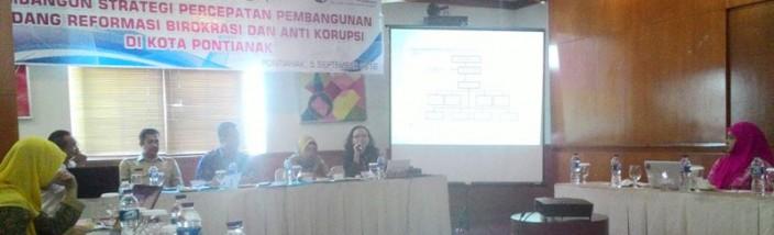 PELIBATAN WARGA: Workshop terselenggara ini buah kerjasama lembaga Gemawan dan Transparency International (TI) Indonesia di Hotel Santika Pontianak, Senin (5/9). Foto: Mahmudi/GEMAWAN.