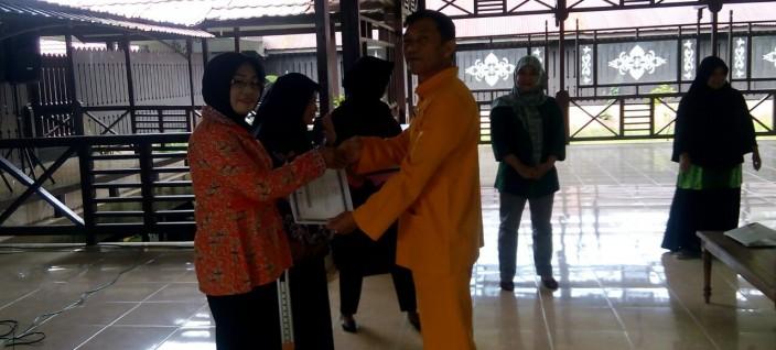 Penyerahan Sertifikat Sekolah Perempaun Desa Gemaawan